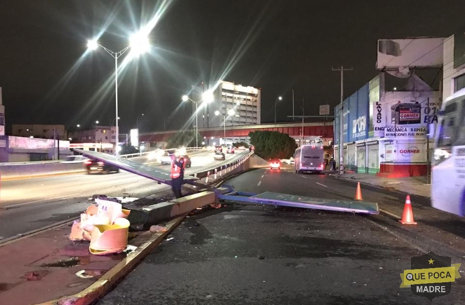 Camión derriba señalamiento en Nuevo León.