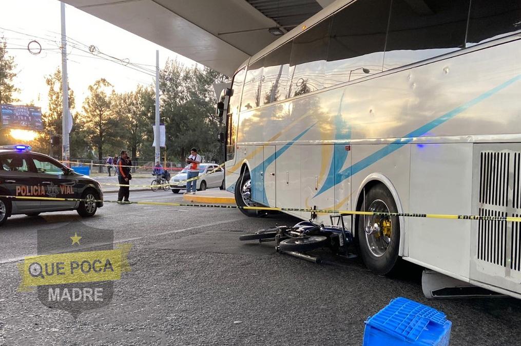 Motociclista muere arrollado por un camión en Aguascalientes.