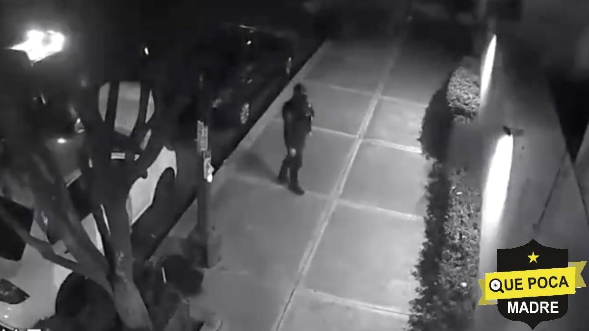 Policías de la CDMX se roban computadora de una camioneta.