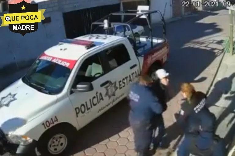 Policías detienen a joven que caminaba por la calle en Amozoc.